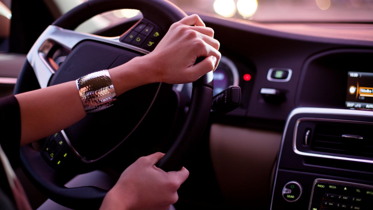 Девушка в машине за рулем со спины фото