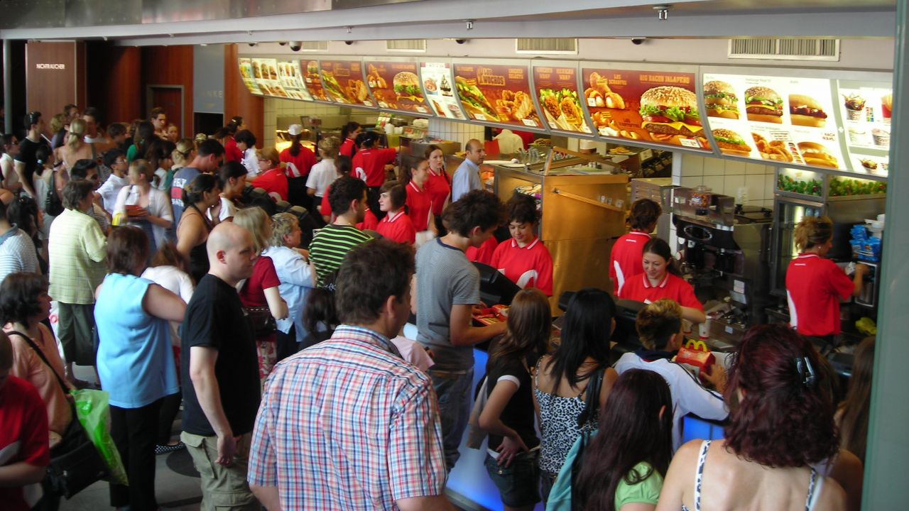 fast food industry 2 Bigger, juicier, saltier, sweeter, crunchier most of all, more the food industry and its nonstop marketing has been tabbed by many experts as a major player in the obesity epidemic.