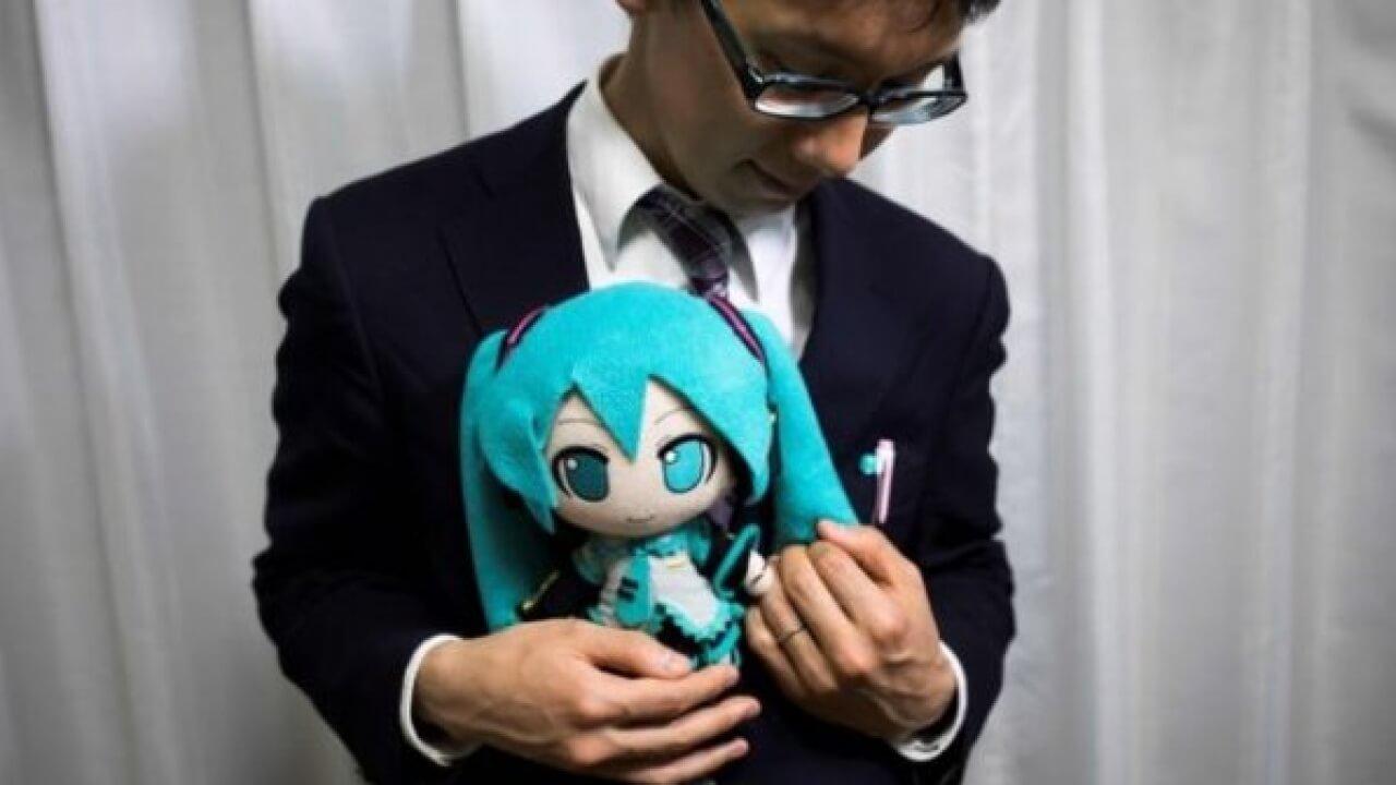 TOKYO'DA BİR ADAM HOLOGRAMLA EVLENDİ!